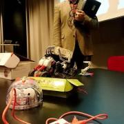 ROBOTAR. Här ser vi Bee-Bot, kretskortet MakeyMakey och legoroboten. I bakgrunden IT-strategen Per Falk. Foto: Foto: Anna Wettergård